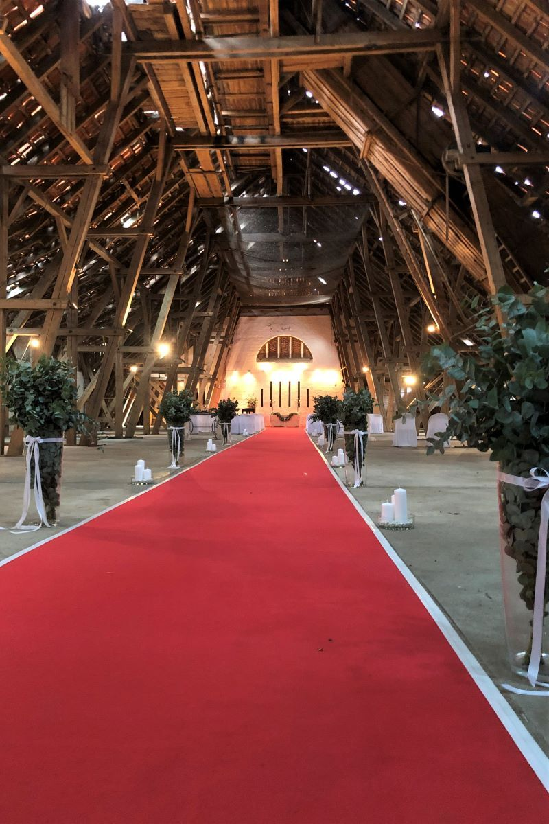 Hohe Bodenvasen Als Raumteiler Spalier Aus Eukalyptus Fur Das Brautpaar Blumendekoration Hochzeitsfloristik Dekoration