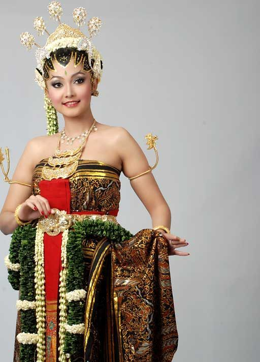 "Dress name is ""DODOTAN"", Make Up is ""PAES AGENG"" (Central Java Traditional Wedding Dress) INDONESIA"