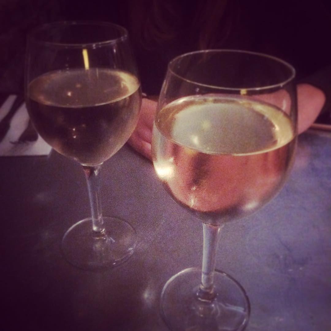 Bebemejor Yopongoelhielo Vino Wine Blanco White Wine Eat Dinning Barna Barcelona Eating Glasses Weekend Vino Wine Red Wine