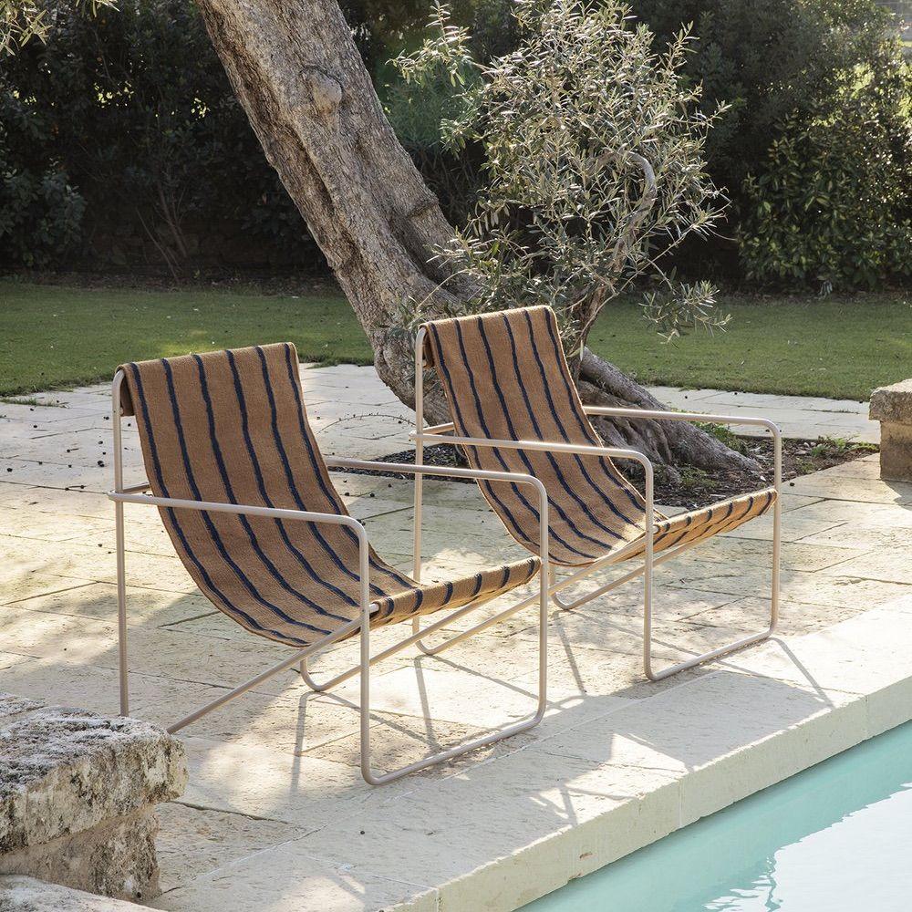 Een Elegante Lounge Stoel Met Een Minimalistisch Design Zo Kunnen We De Desert Chair Stripes Van Ferm Living Het Best In 2020 Buitenstoel Tuinstoelen Achtertuinideeen