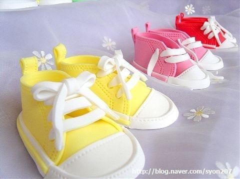 Caliza fertilizante hígado  Deborah Hwang Cakes: How to make fondant baby converse shoes | Fondant  baby, Fondant baby shoes, Baby shower cake designs
