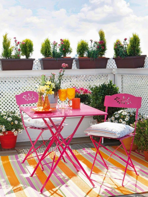 Wonderful color for a small space Outdoor rugs are great to keep - terraza pequea