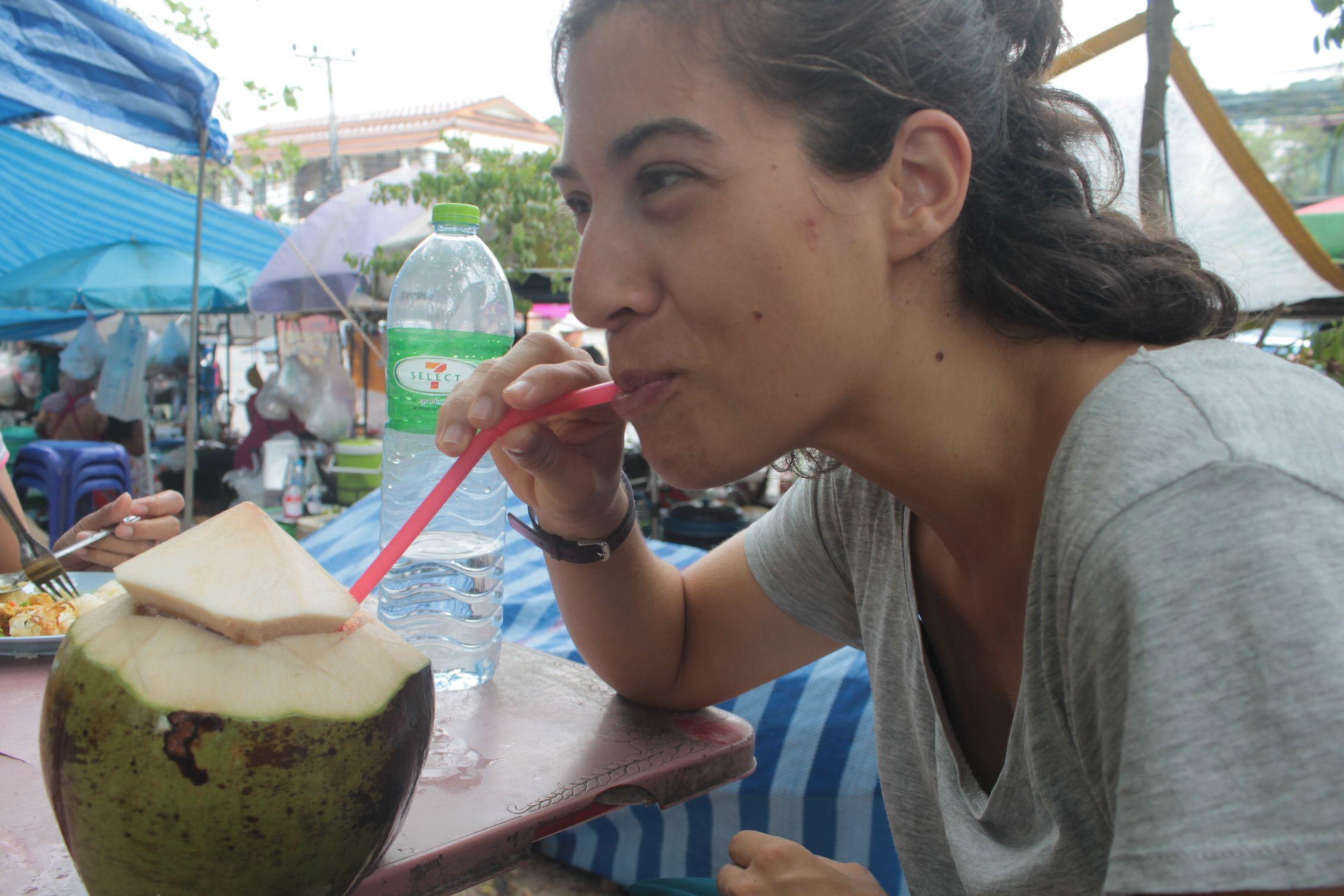 Roser bebiendose un coco