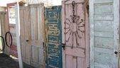 Photo of #Check # fargerike # Door # Gjerde # Shutt #ved fargerike tre dørgjerder,