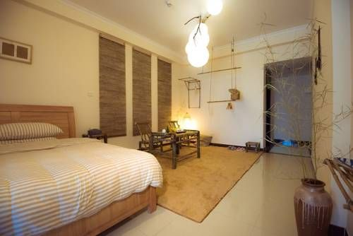 Ben Shu Jia Apartment Guangzhou Featuring free WiFi and air conditioning, Ben Shu Jia Apartment is set in Guangzhou, 1.6 km from Chimelong Paradise. Guangzhou International Convention and Exhibition Center is 10 km from the property.  The accommodation features a flat-screen TV.