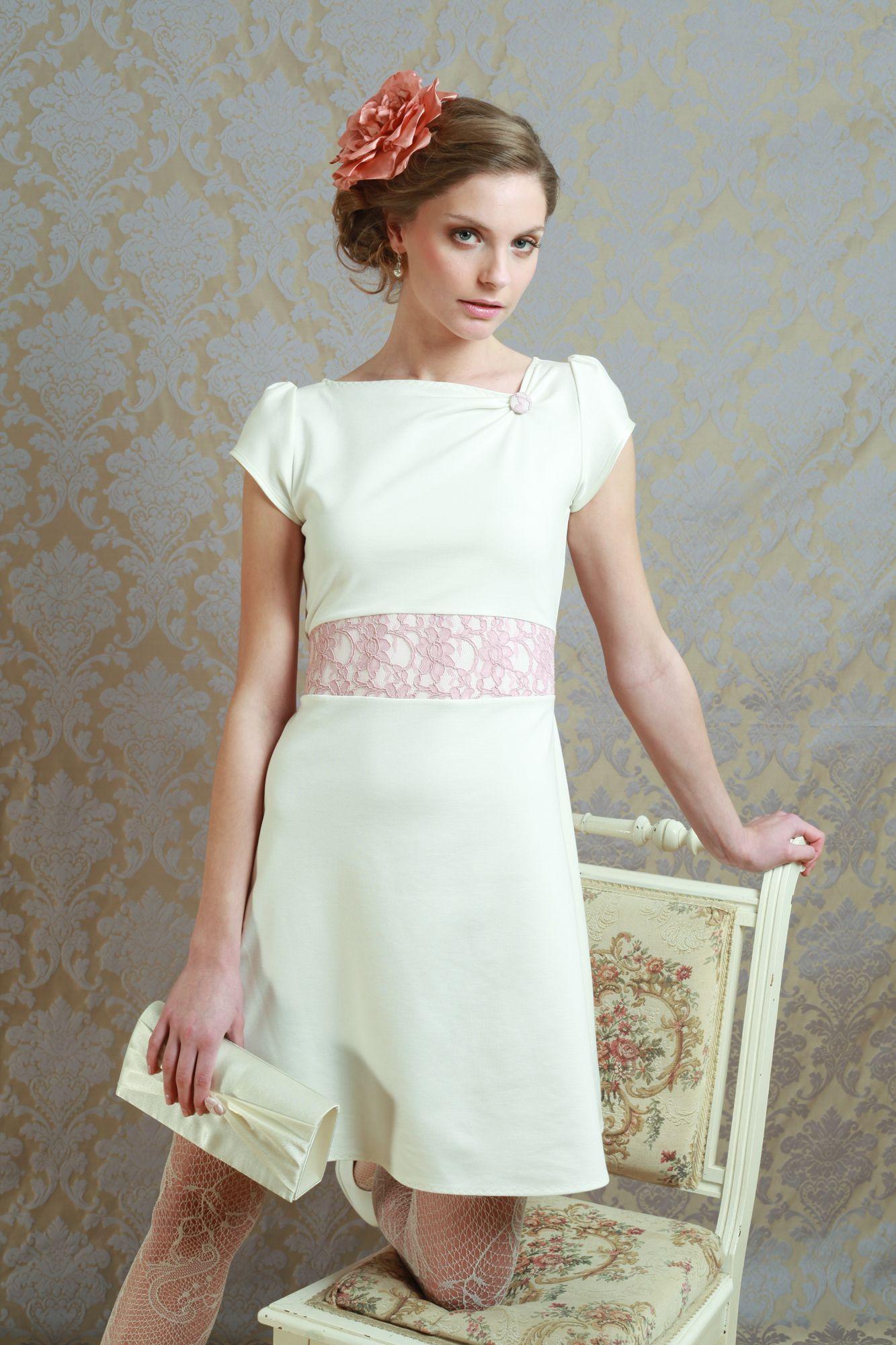 Labude - Brautkleid Audrey aus weich fallendem Jerseymaterial bei gerafftem Ausschnitt und Gürtelteil aus roséfarbener Spitze