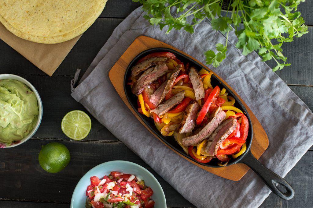 Flank-steak-ja-tortillat ja kylkeen pico de galloa.