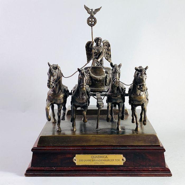 Franklin Mint Bronzen Sculptuur Quadriga 200 Jahre Brandenburger Tor Brons Hout Catawiki In 2020 Bronzen Sculptuur Veiling Sculpturen