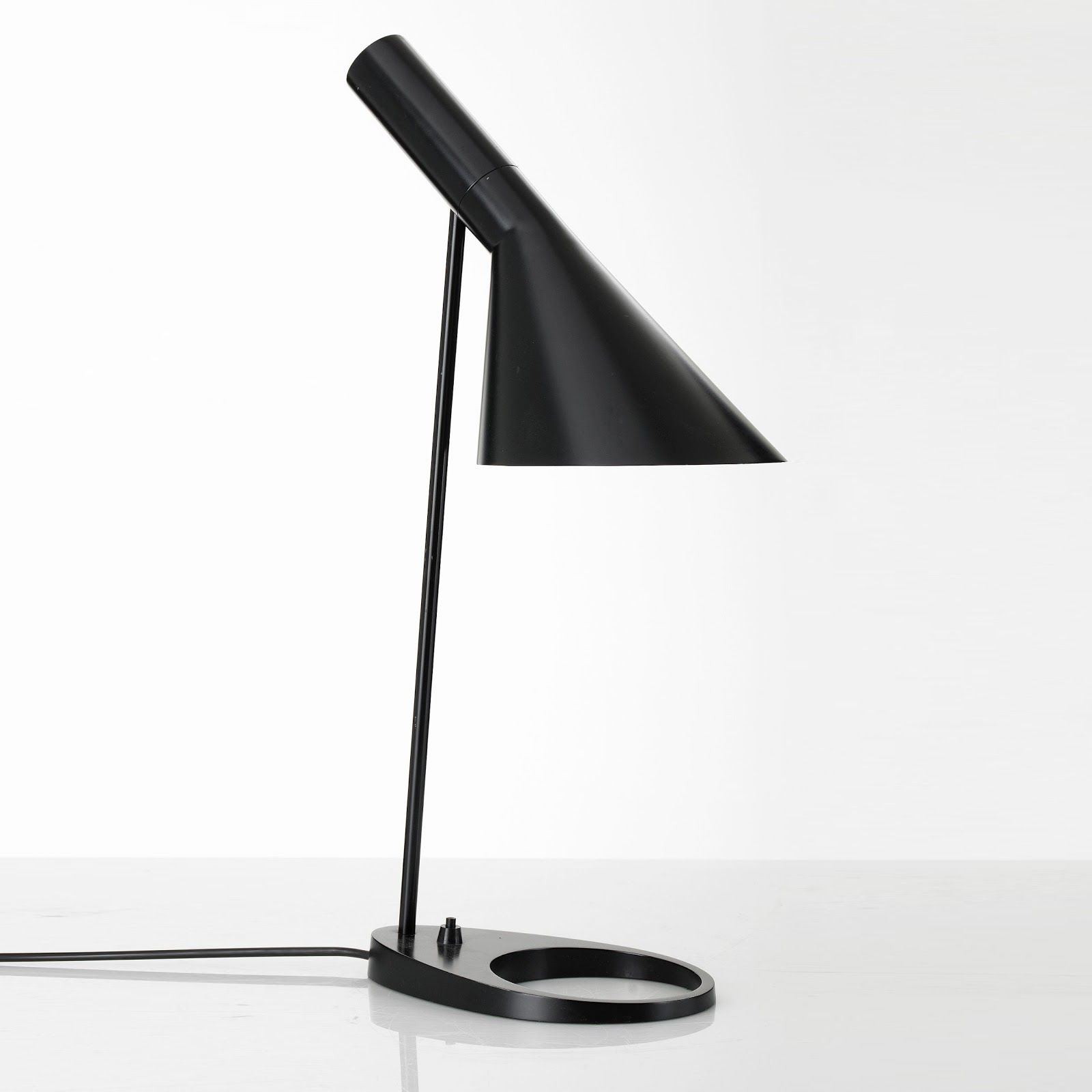 Arne Jacobsen Lamp 1957 Table
