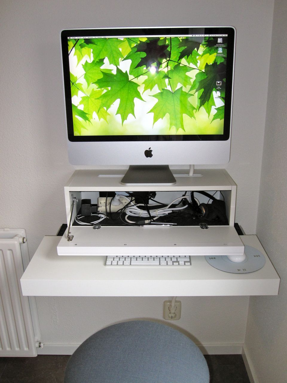 "Gérard from The Netherlands has a sleek solution for his iMac. ""My Apple  iMac obstructed our dinner table for a year. My wife did not make much of  it. 2d333fbbe"