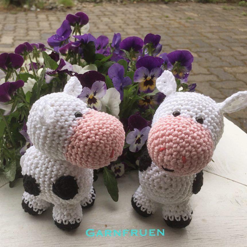 garnfruen:: Heklet to kuer som er til den neste uroen Jeg har også laget oppskrift på disse den kommer snart ut i nettbutikken  noen forslag til navn på kua? #amigurumi #hekle #kuer #hekletkuer #hekledilla #heklespam #hekleglede #hekle_inspo #hekledyr #hekler #kosedyr #hjemmelaget #crochet #crochetaddict #crochetersofinstagram #crochetlovers #crochetcow #crochetinspiration #homemade #madebyme #babytoys #tmahobby #garnfruen #mindesign