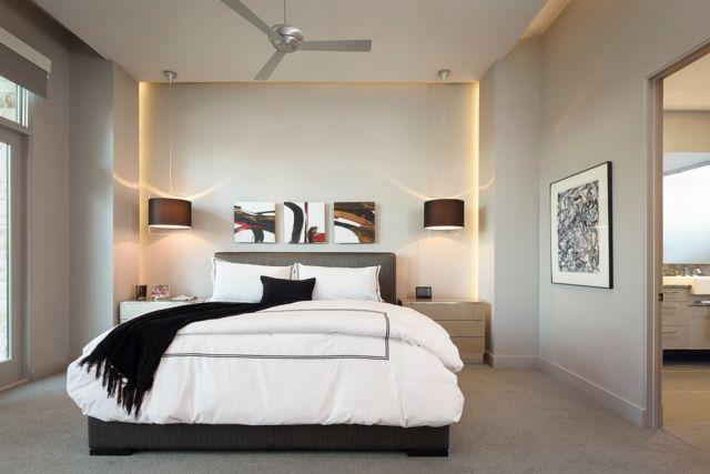 Ein edles Schlafzimmer mit Altholz Wand und Pelzdecke Es ist Teil