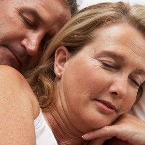 """Dormir de lado """"limpa o cérebro"""" e pode evitar doenças como Alzheimer"""