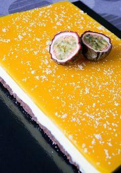 Un dessert coloré et exotique, ça faisait longtemps! J'ai (quand même) souhaité ajouter au goût des fruits, une petite touche chocolatée. Résultat: une base craquante au chocolat surmontée d'une mousse coco-chocolat blanc et d'un miroir aux fruits de la passion. L'alliance passion/chocolat est particulièrement savoureuse je trouve! Recette pour un cadre pâtissier 25x18cm: Base chocolatée – Mixer 300g de biscuits chocolatés (type Roudor ou Bonne Maman). – Y ajouter 100g de beurre fondu…