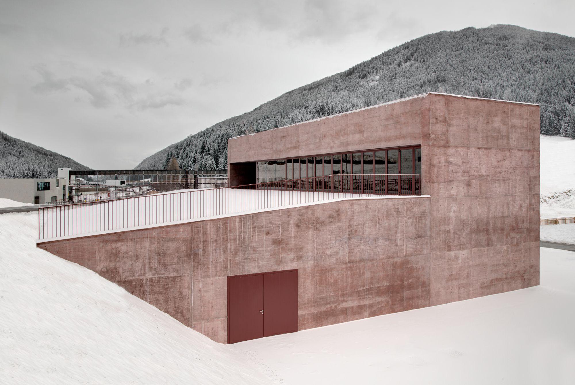 Rötlicher Monolith: Feuerwehrhaus von Pedevilla Architects