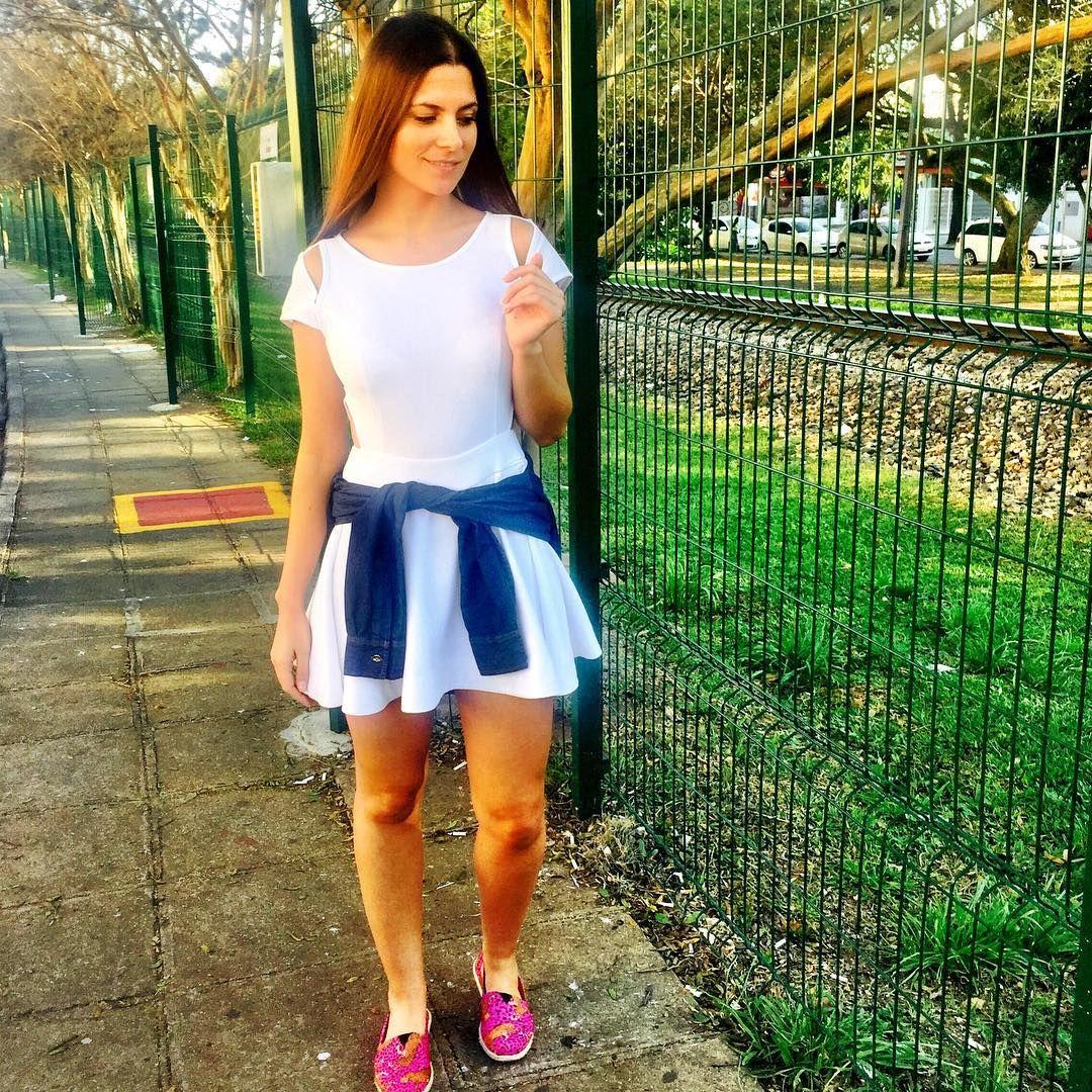 Vestido bem soltinho com abertura nas laterais e no ombro! A blusa jeans amarrada na cintura e a alpargata dão uma quebrada no visual praia e deixam o look mais urbano.  Vestido  #Livvy #lojalivvy #liquilivvy #liquidacao  #moda #fashion #lookdodia #lookoftheday #tendencia #temqueter #vempralivvy