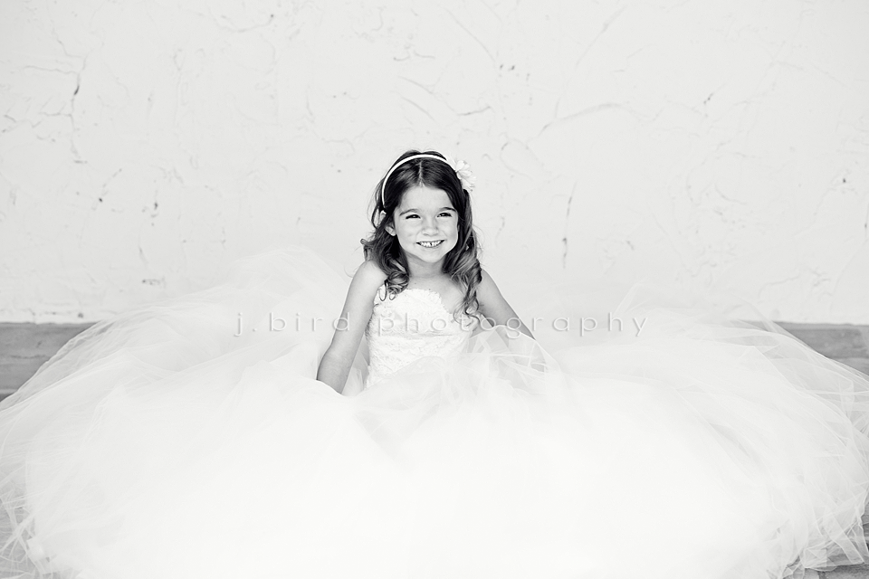 Idee Fotografiche Anniversario : Little girl in moms wedding dress. child photography kids