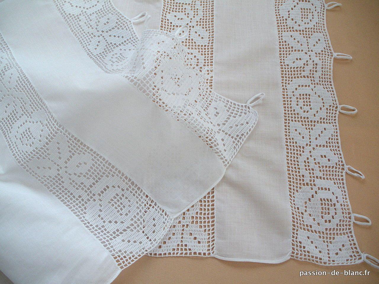 linge ancien charmante paire de petits rideaux avec crochet d art sur toile de fine percale. Black Bedroom Furniture Sets. Home Design Ideas