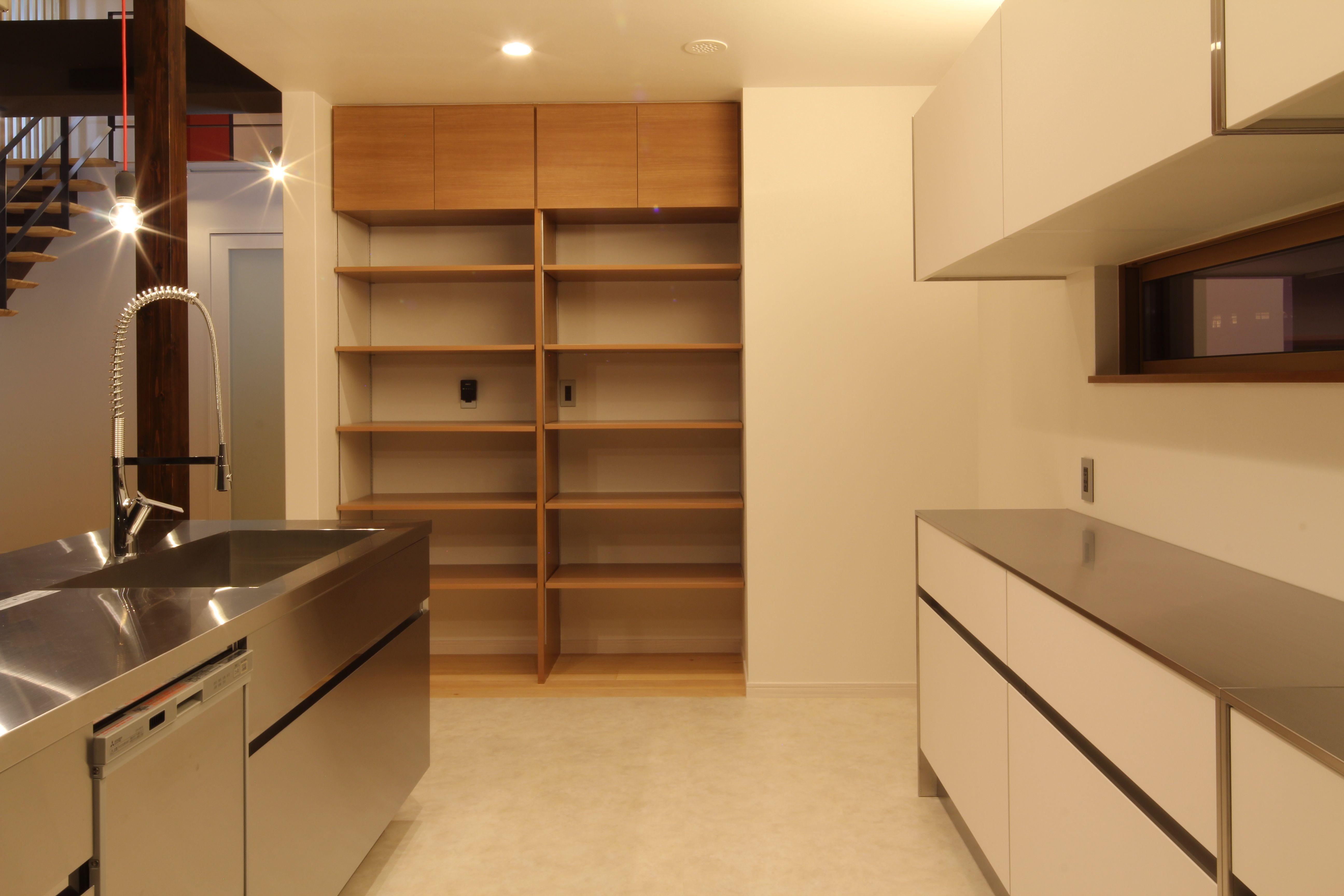 キッチン横のパントリー 可動棚と上部は扉付きの固定棚 扉付きの