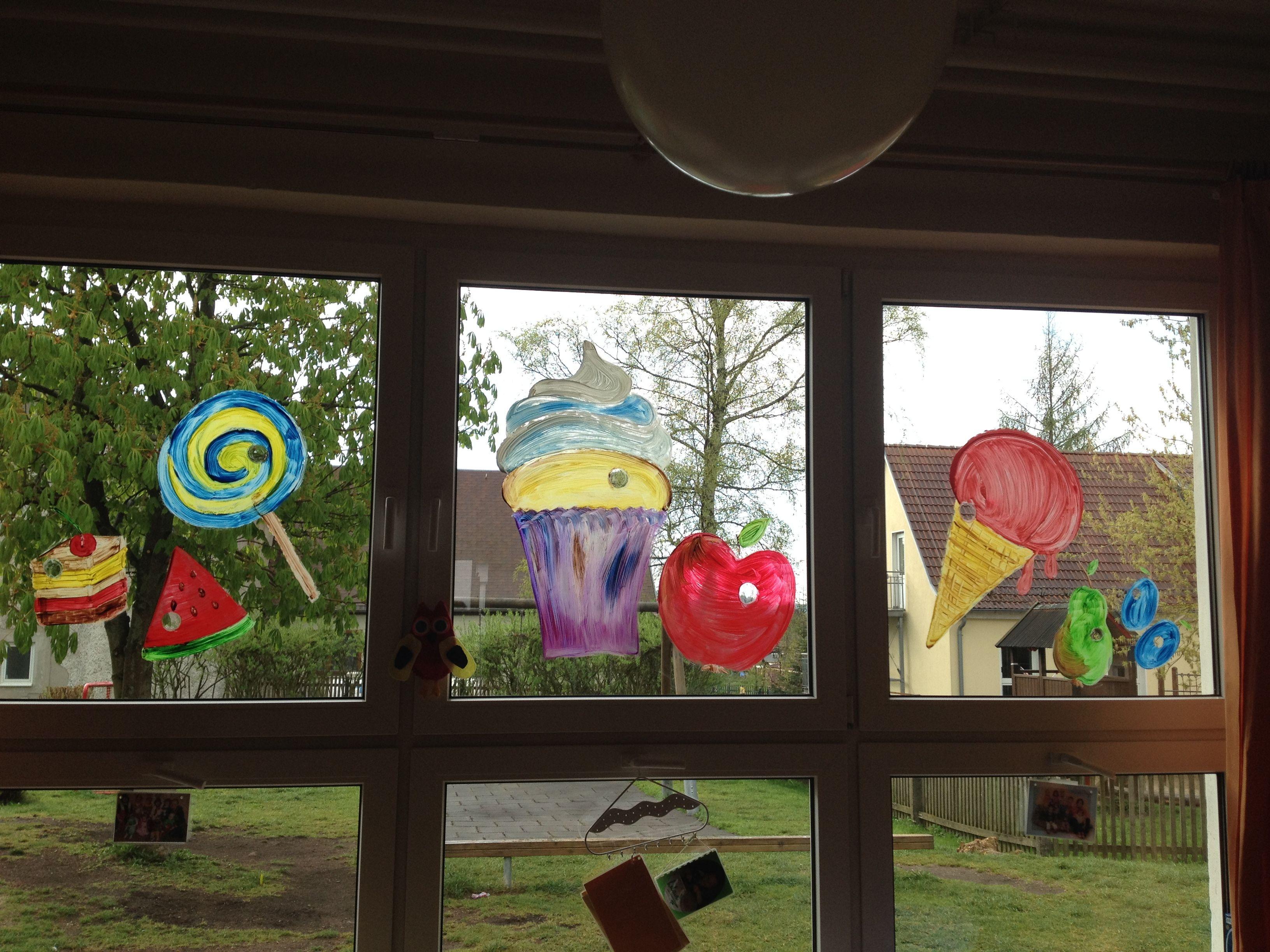Fenstergestaltung zum projekt raupe nimmersatt - Raupe basteln kindergarten ...