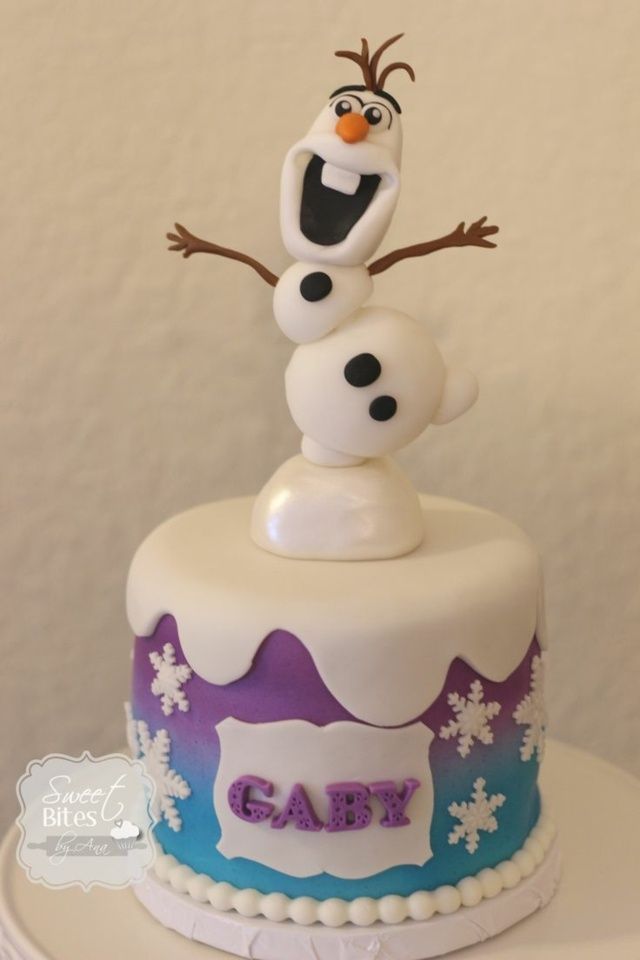 Un beau gâteau orné d'un bonhomme de neige