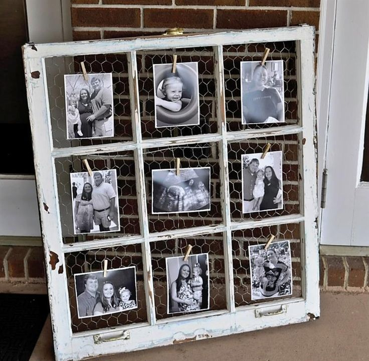Man kann auch ganz einfach aus einem alten fenster einen schnen an old window chicken wire and clothespins for displaying photos great for those salvaged windows with broken panes you can still use the wood frames solutioingenieria Image collections