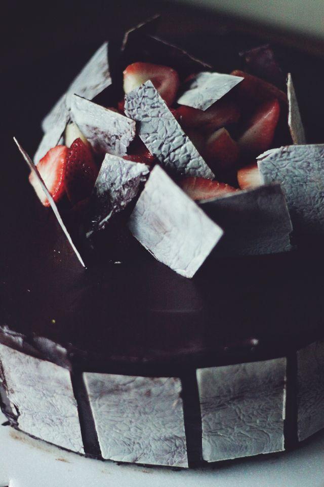 Mousse de chocolate. Una elegante queque con un esmalte negro brillante y adornado con placas de mármol de chocolate. Combina los sabores delchocolate, naranjas, manzanas. Precio ¢27.000
