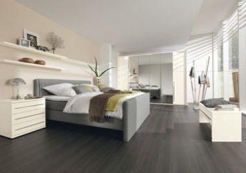 moderne slaapkamer grijze boxspring donkere vloer - Google zoeken ...