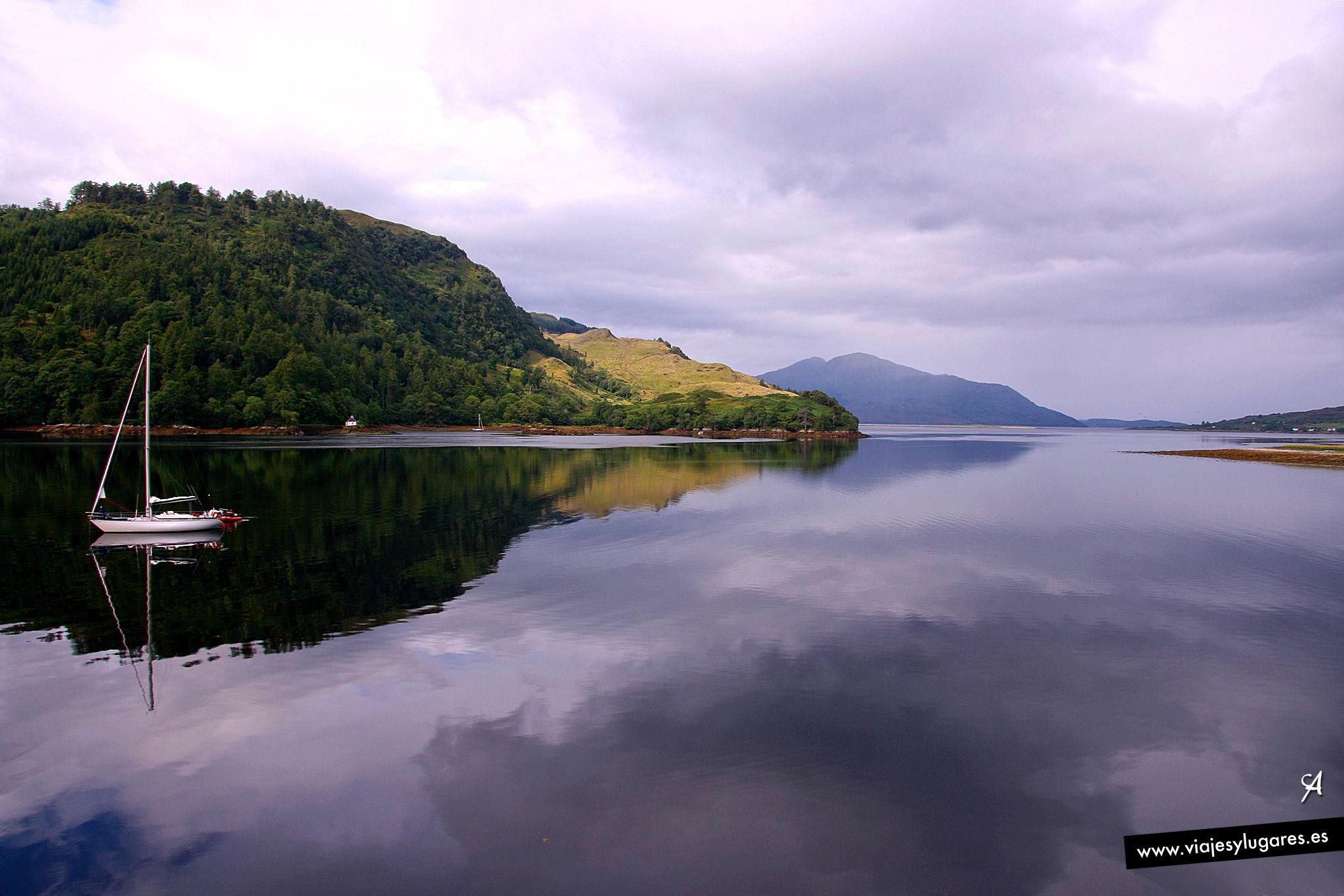 Loch Duich en las Highlands de Escocia, y en una pequeña isla de este lago se encuentra el fotografiado Castillo de Eilean Donan. Eilean Donan significa justamente... isla de Donnan.
