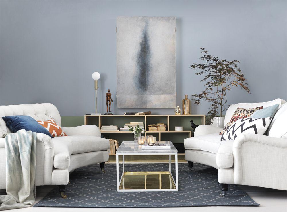 Ljusa möbler fräschar upp och kompletterar det annars mörka rummet ...