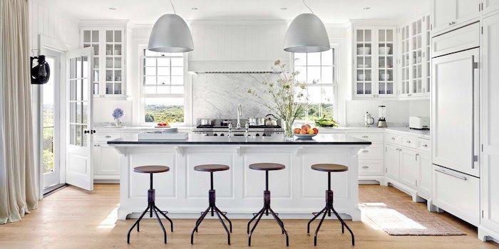 weiße Wohnküchen mit Arbeitsplatte aus Glas und zwei Lampen - laminat für küchen