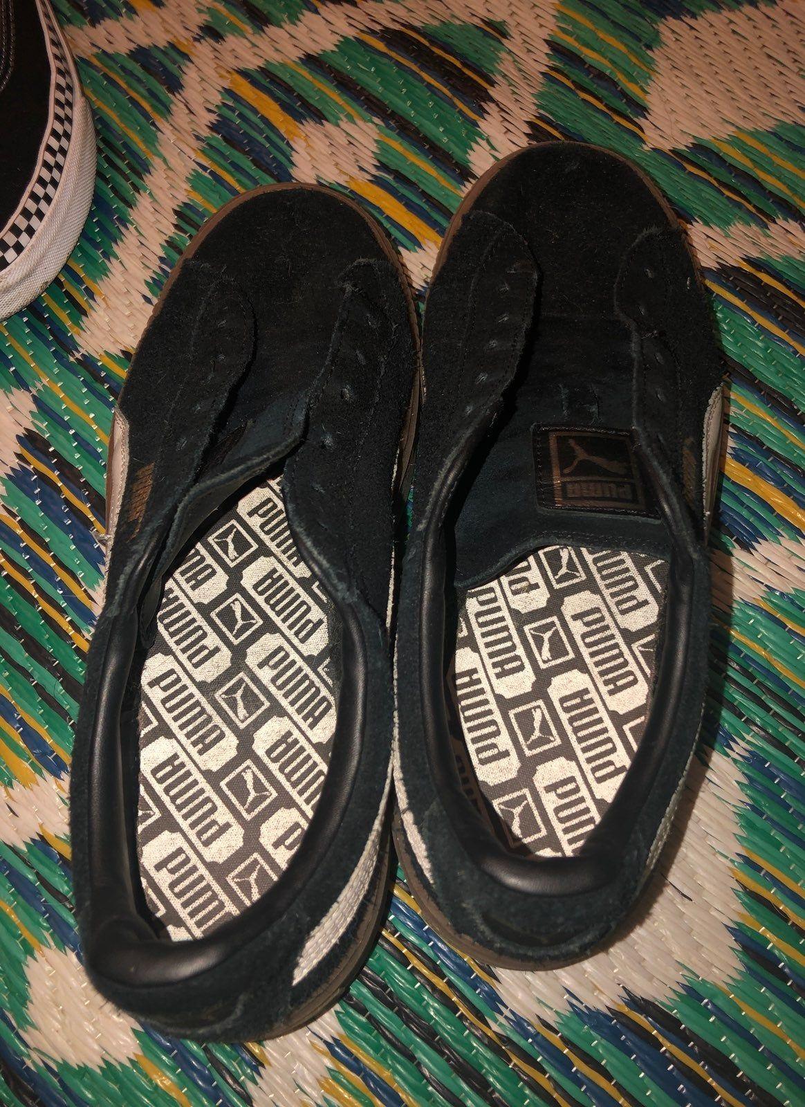 Black puma suedes. No shoe laces but