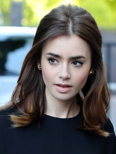 Lily Collins 60 S Bardot Hairstyle For Mid Length Hair Peinado Y Maquillaje Cabello Y Maquillaje Peinados