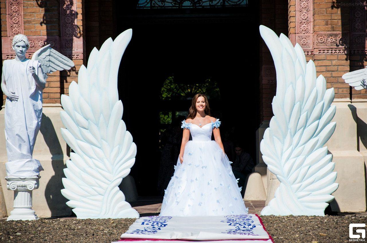 свадебная фотозона с крыльями ангела произошло