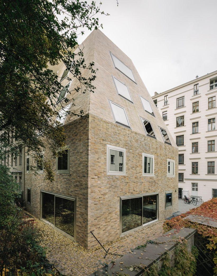 Pyramide Im Hinterhof Wohnhaus Von Barkow Leibinger In