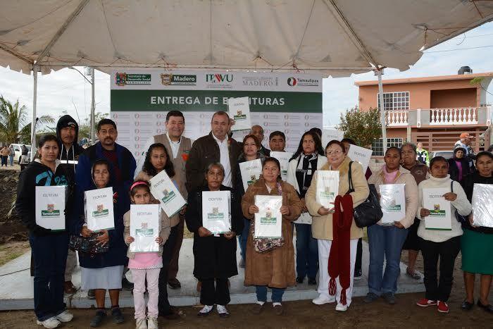 Entregamos 34 escrituras para brindar certeza jurídica a las familias de la colonia Adriana González de Hernández.