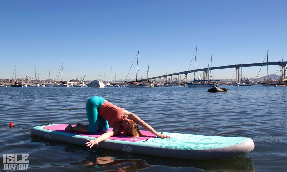 Paddle Surf Yoga pose de enhebrar la aguja