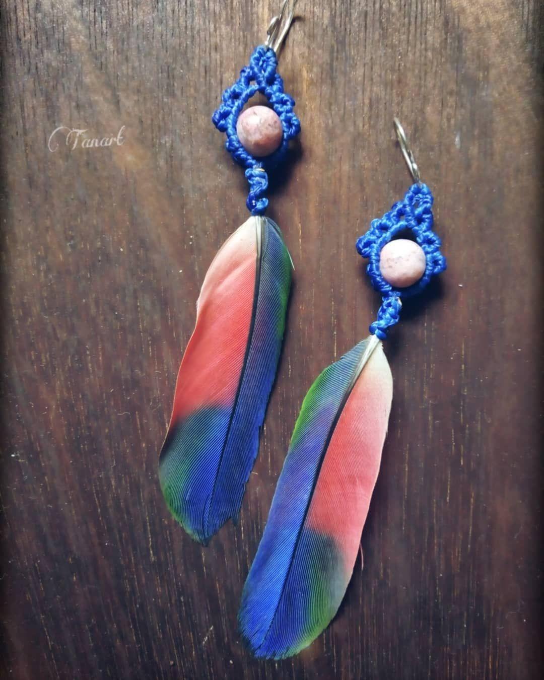 Más que especiales estás plumas tejidas y con rodonita , se van con todo el amor 🌬️🔮🍃🎁 azules 🌊🐚🌌 Plumajes que se sienten voy rezando y el sol najero agradecido🌄🙏🏾🥁🎶🎶 #tanart #aretes #earrings #plumas #feathers #feathersearrings #macrame #macramearrings #macramejewellery #micromacrame #joyeriaartesanal #joyeriatejida #jewellery #knots #arteennudos #rodonita #campechemexico