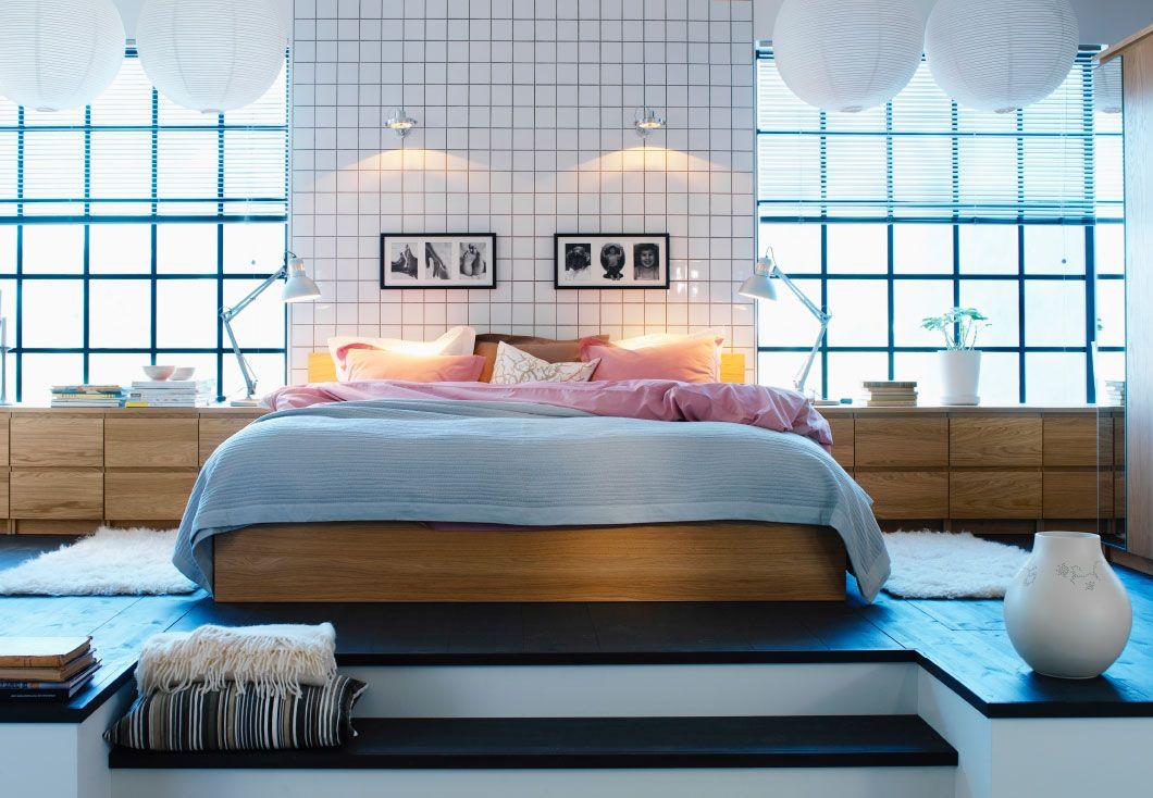 modernes schlafzimmer mit einem gro en bett auf einem podest dar ber sind leuchten mit. Black Bedroom Furniture Sets. Home Design Ideas