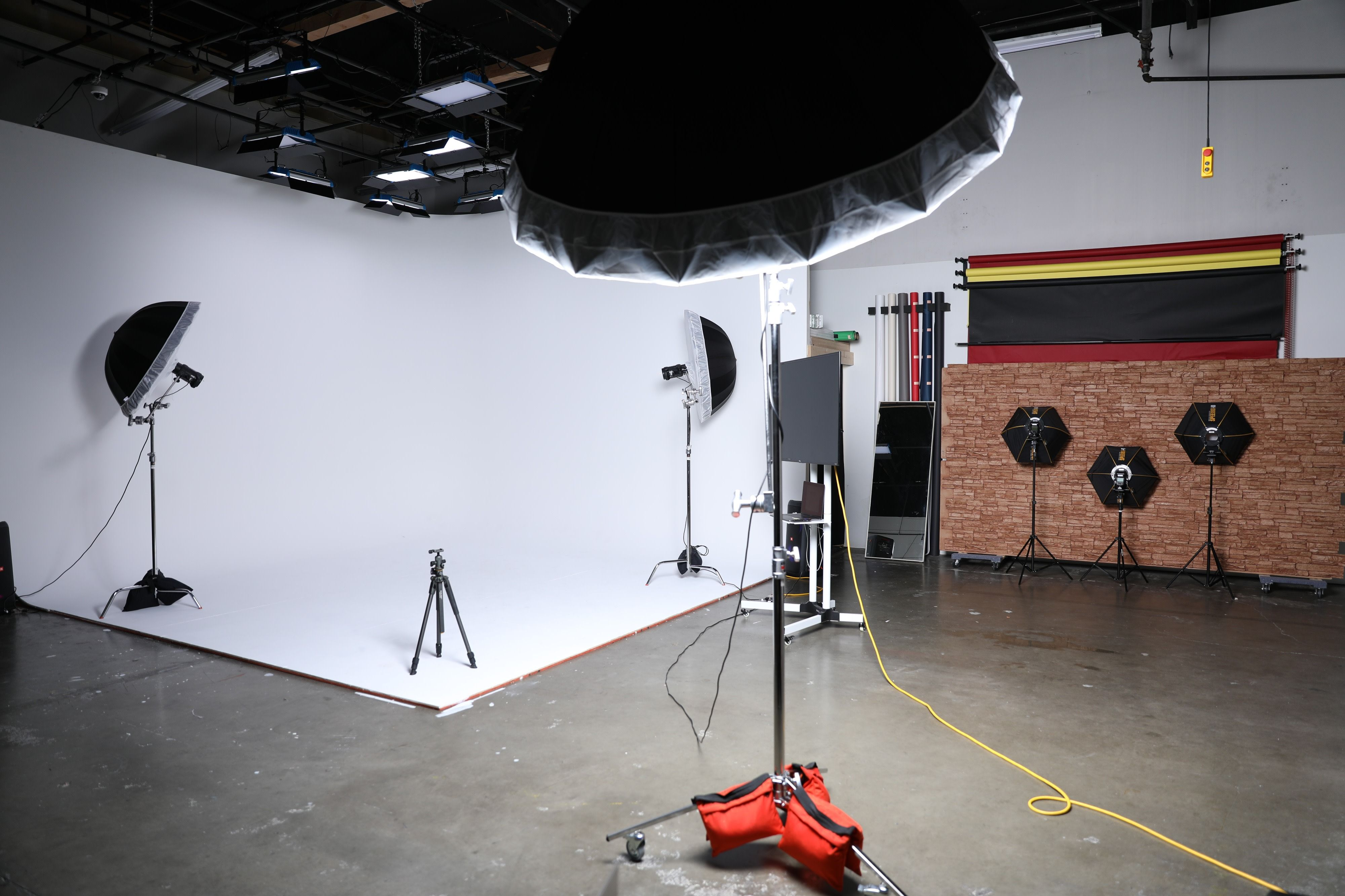 Tacoma Video Photo Studio With Cyclorama Wall And Great Lighting Fife Wa Production Peerspace In 2020 Photo Studio Led Panel Light Brick Wall Background