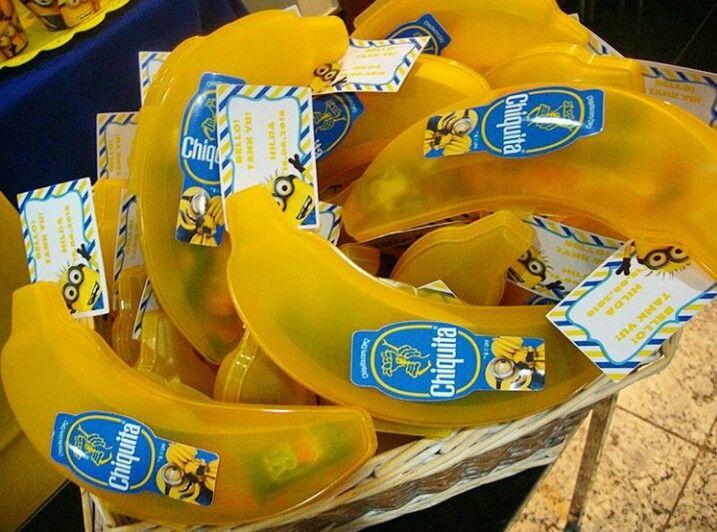 Porta treco de plástico em formato de banana com doces para lembrancinha de saída para festa minions