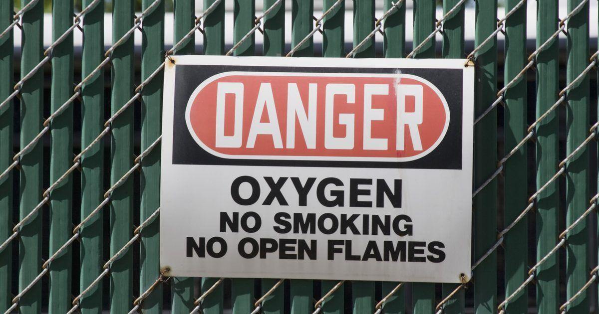 Peligros de sistemas de Oxígeno Líquido. El oxígeno es un componente importante del aire, vital para la vida. El oxígeno puede extraerse del aire como gas puro. Si se lo enfría bajo presión a 196 grados Celsius (384.8 Fahrenheit) se convierte en un líquido con aplicaciones útiles en medicina, la industria y la investigación científica. Sin embargo también se vuelve riesgoso y peligroso, ...
