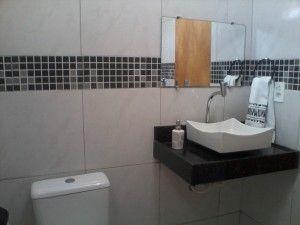 banheiro com pastilhas de vidro preta - Fotos de Decoração