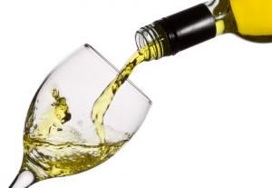Wijnglas waar witte wijn in wordt geschonken