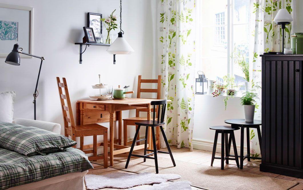 Ein helles Wohnzimmer mit Essbereich mit antik gebeiztem INGATORP - wohnzimmer mit essbereich ideen