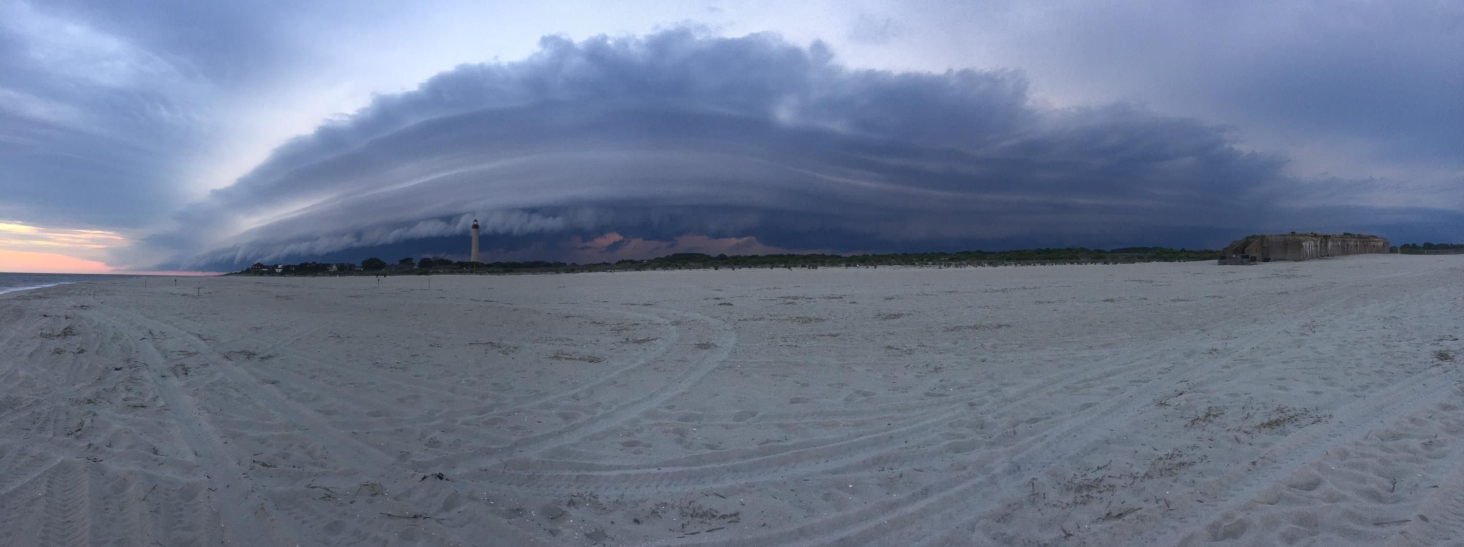 Storm Cloud over the beach in Cape May NJ [OC] [3000 x 1122]