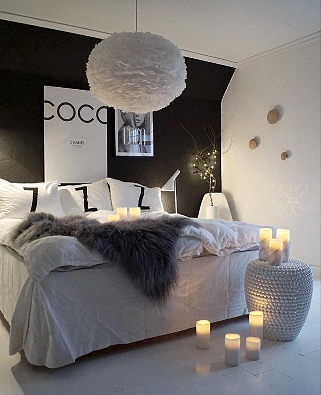 Black bedroom with white bedding abd Coco Chanel print Stas at du også Janne, ville være med å feire sammen med meg Hvis du ikke har oppdaget denne flotte kontoen enda, så håper jeg du tar en titt nå!  ____________ Jeg fortsetter å dele bilder utover kvelden, så bli med om du har lyst