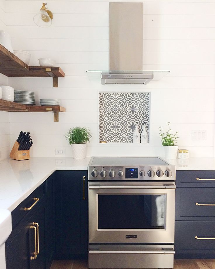 Modern Minimalist Kitchen Cabinets: Minimalist Modern Farmhouse Kitchen With White Shiplap