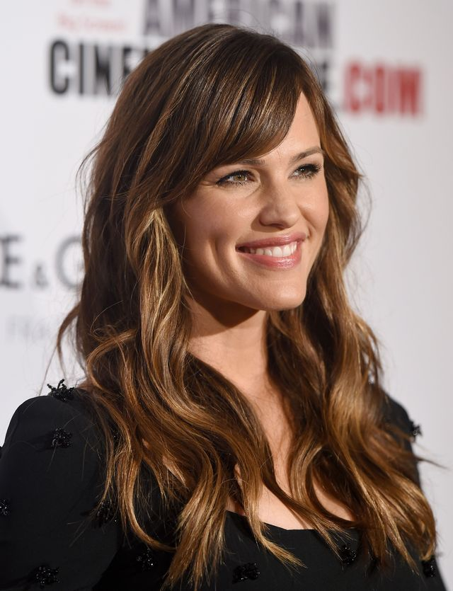 The Best Haircuts For Square Face Shapes Jennifer Garner S Long Wavy Hair With Side Swept Bangs Haarschnitt Frisuren Haarschnitte Frisur Pony Lang