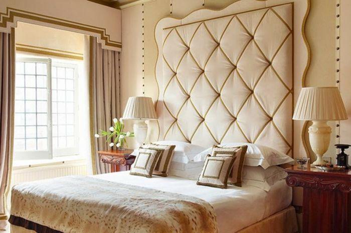 cabeceros de cama habitacin en beige con cabezal original capiton y cama doble con cojines - Cabezales De Cama Originales